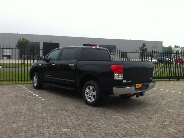 linker achterzijkant van zwarte Toyota Tundra