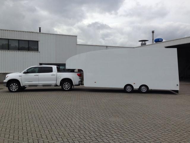 Witte Toyota Tundra met witte Fifthwheel aluminium trailer