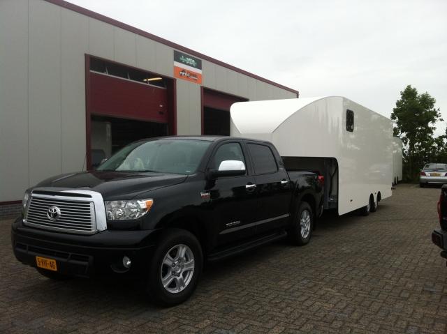 Zwarte Toyota Tundra met een Fifthwheel dubbele cabine trailer