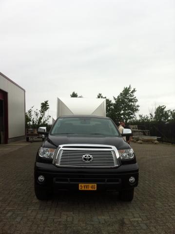 Voorkant zwarte Toyota Tundra met een Fifthwheel dubbele cabine trailer