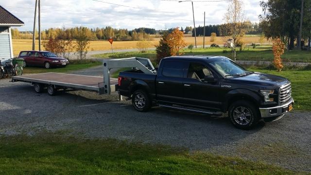 Zwarte Ford F150 met aluminium aanhangwagen